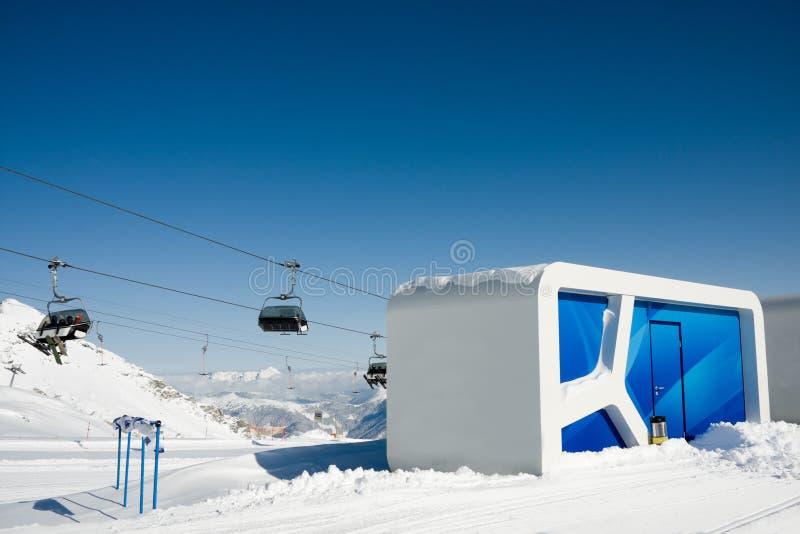 Modernes Häuschen in den Alpen lizenzfreies stockfoto
