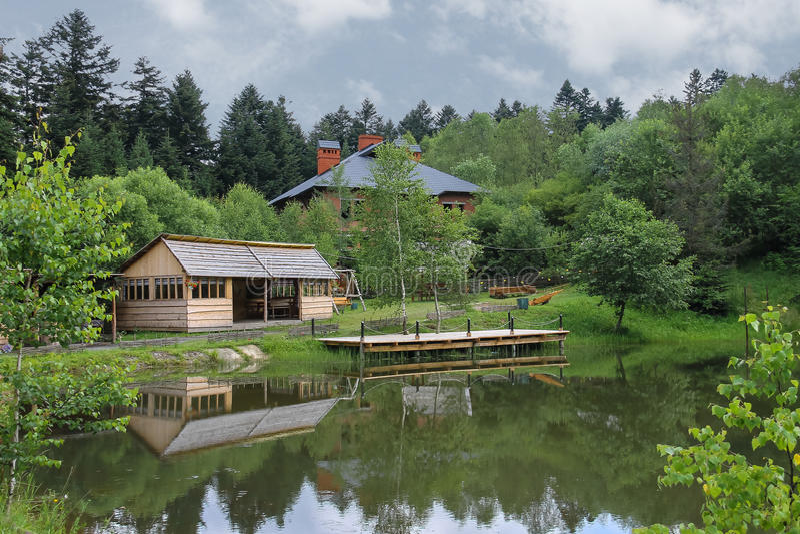 Modernes Häuschen und ein Gazebo auf Ufer von See stockfotos