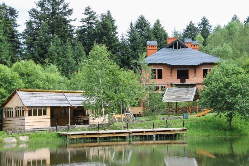 Modernes Häuschen und ein Gazebo auf Ufer von See lizenzfreie stockfotos