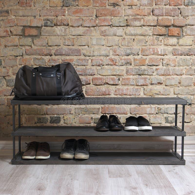 Modernes hölzernes Schuhregal im Dachbodeninnenraum stockfotografie