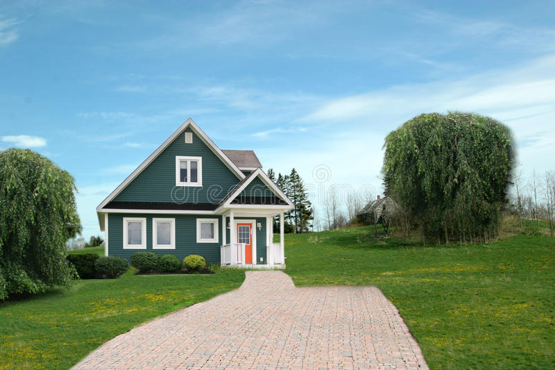 Modernes Haus in der Landschaft lizenzfreie stockbilder