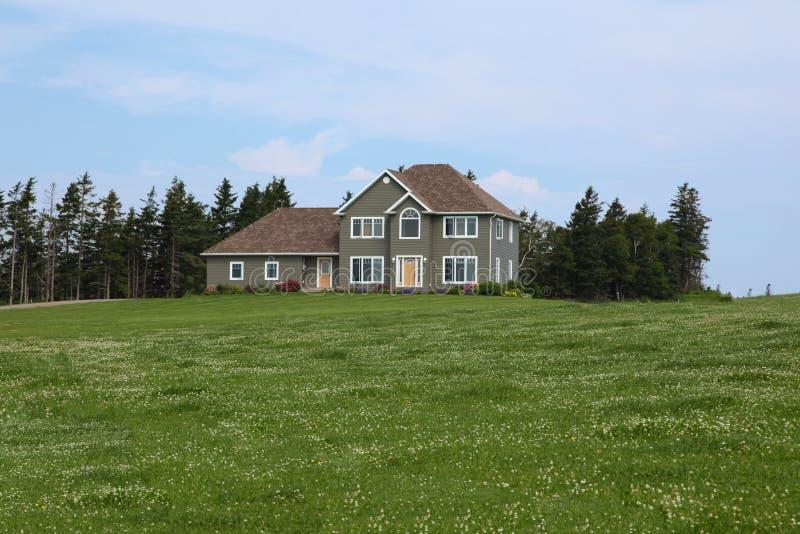 Modernes Haus in der Landschaft stockbild