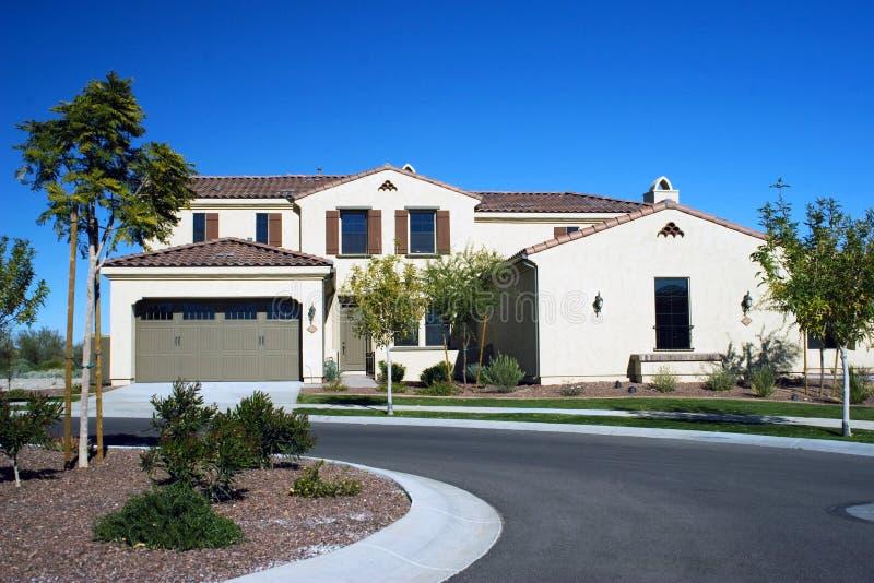 Modernes Haus in der Wüste stockfotografie