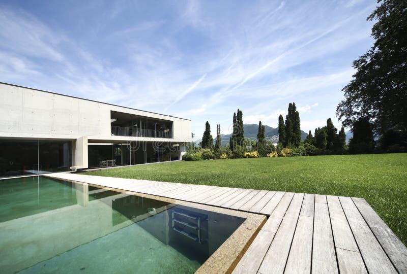 Modernes Haus draußen stockbild
