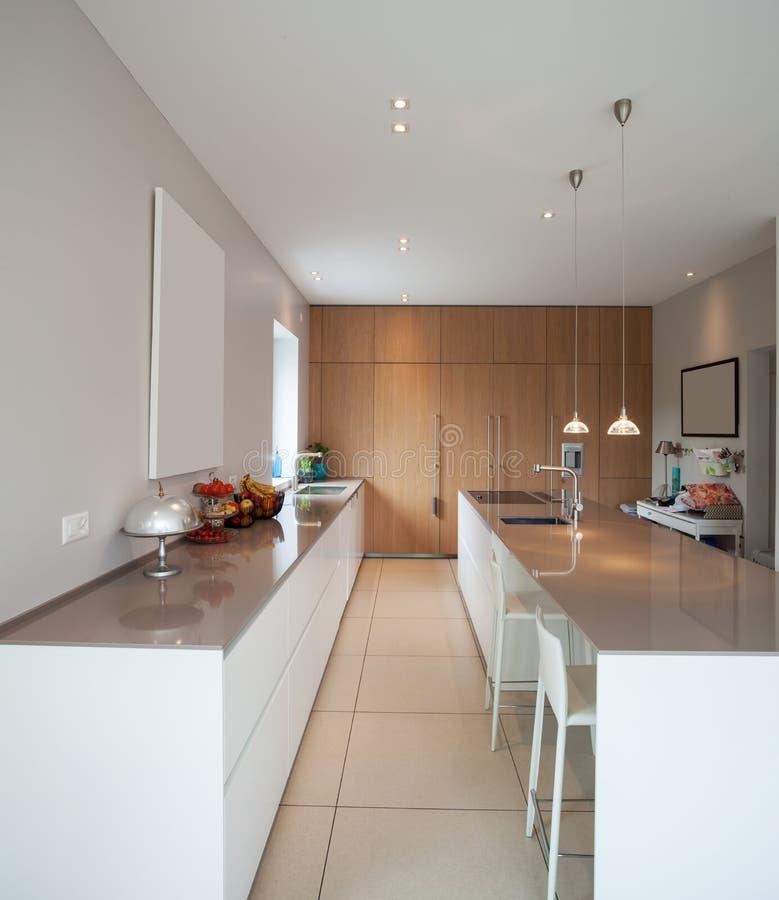 Modernes Haus, große minimale Küche stockfotos