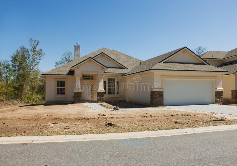 Modernes haus mit doppelgarage  Modernes Haus mit Garage stockbild. Bild von dach, struktur - 5738525