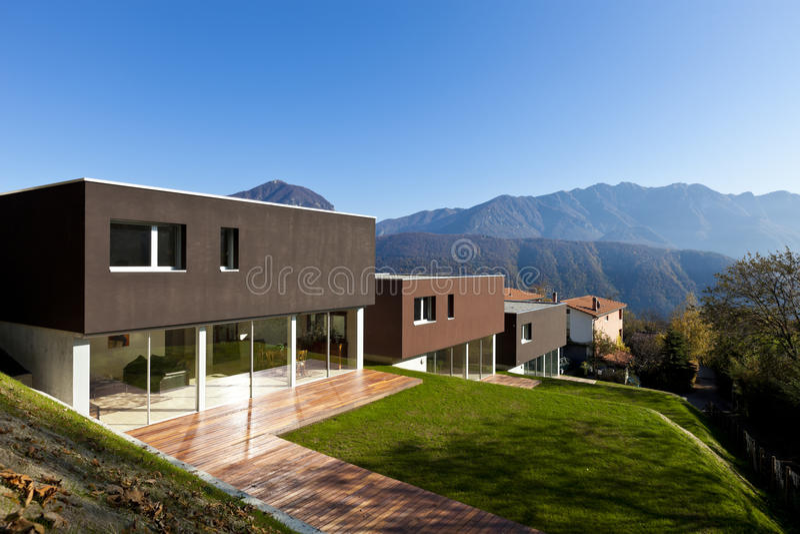 Modernes Haus mit Garten lizenzfreie stockbilder