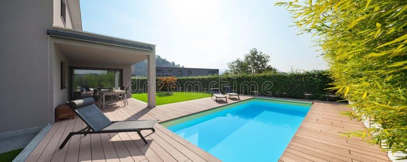 Modernes Haus mit Pool lizenzfreies stockfoto