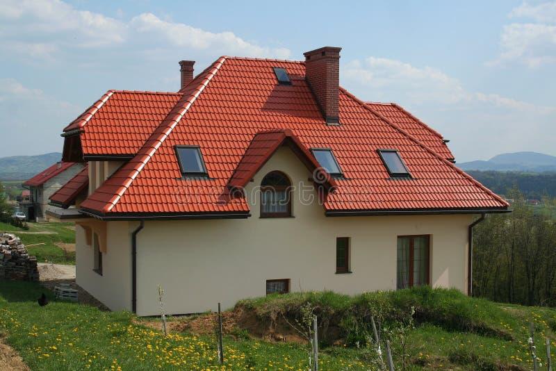 Modernes haus mit rotem dach stockbild bild von dorf for Modernes haus ohne dach