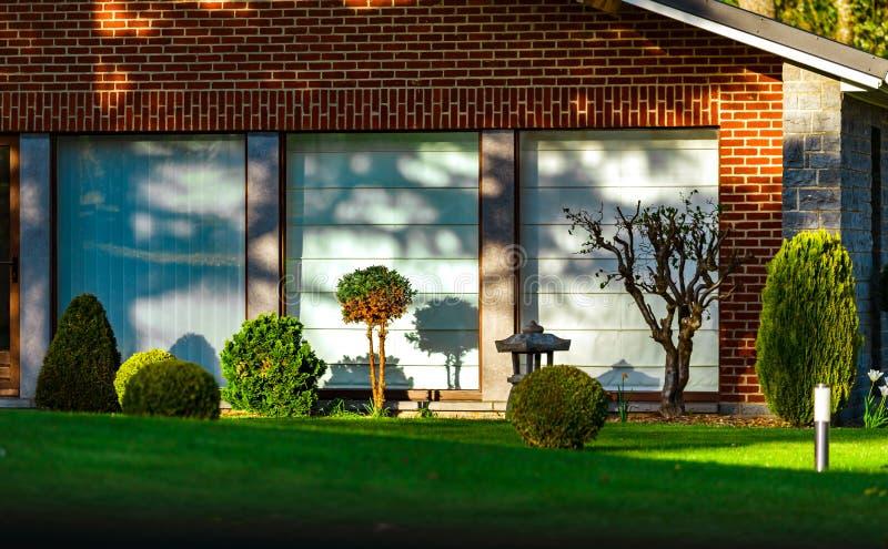 Modernes Haus mit schöner Ruhe und Komfort arbeitet im Garten lizenzfreie stockbilder
