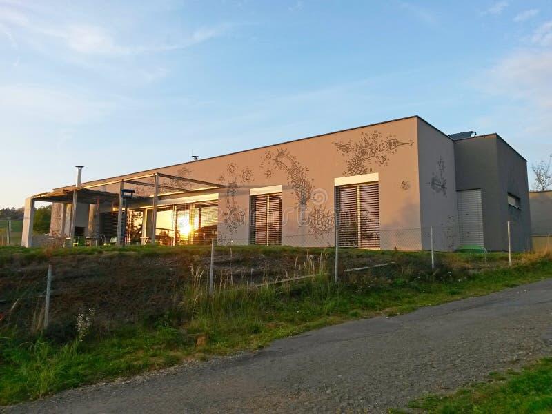 Modernes Haus mit Zeichnungen auf der Fassade lizenzfreie stockfotografie