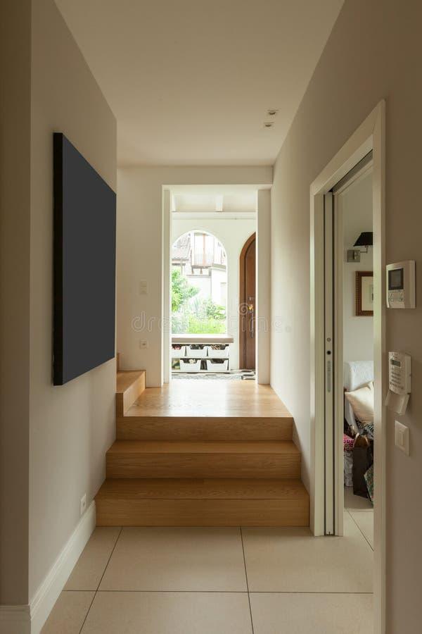Modernes Haus, moderner Korridor lizenzfreie stockfotografie