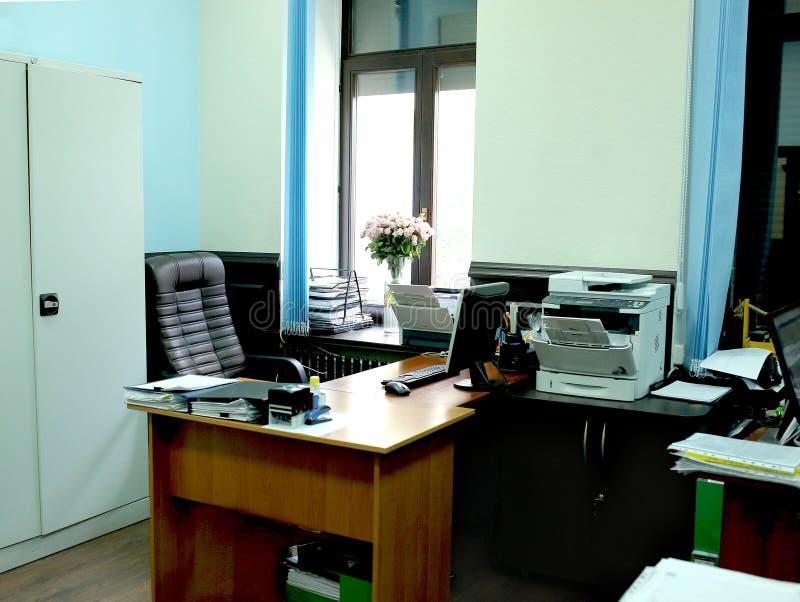 modernes, helles Büro mit Möbeln am Fenster stockbild