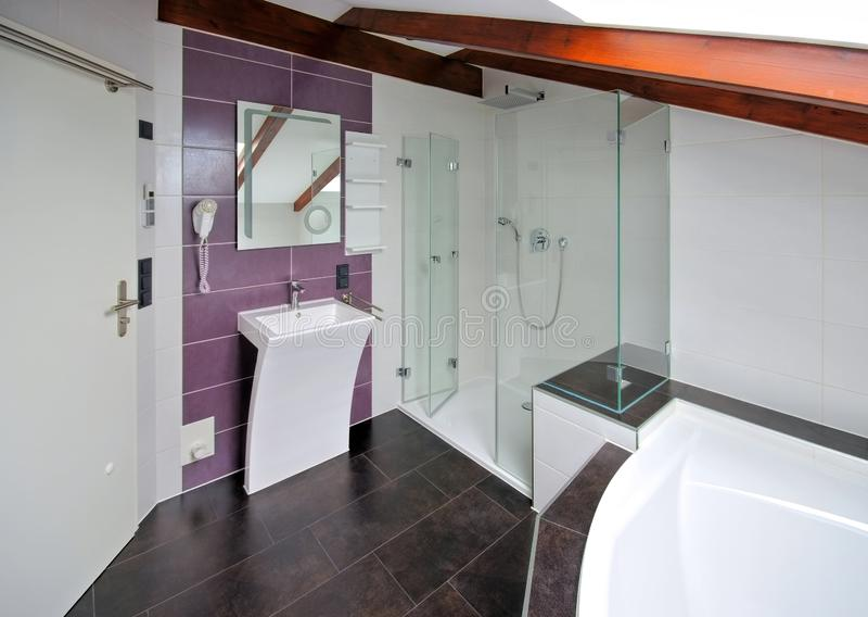 Modernes, helles Badezimmer lizenzfreies stockbild