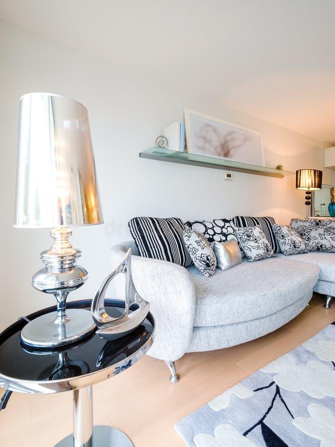 modern hell sauber wohnzimmer in einem haus stockbild