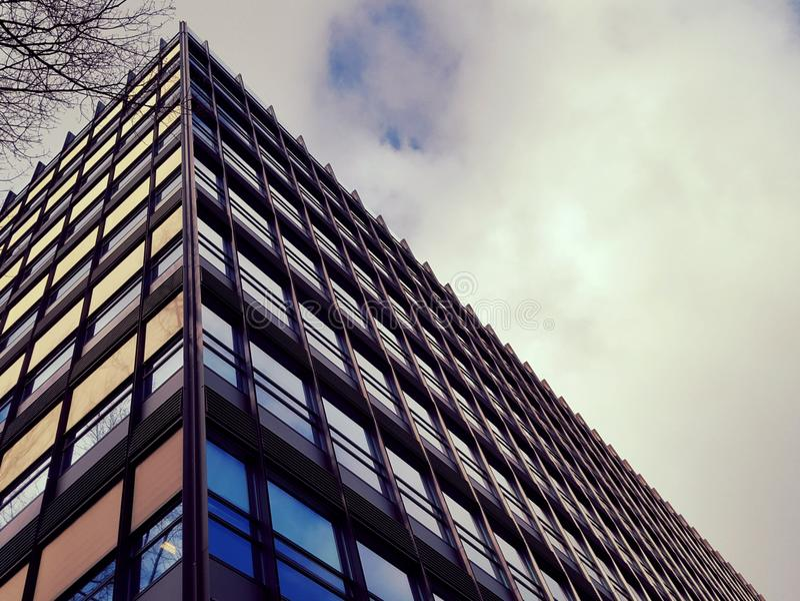 Modernes hohes Geschichtengebäude stockbild