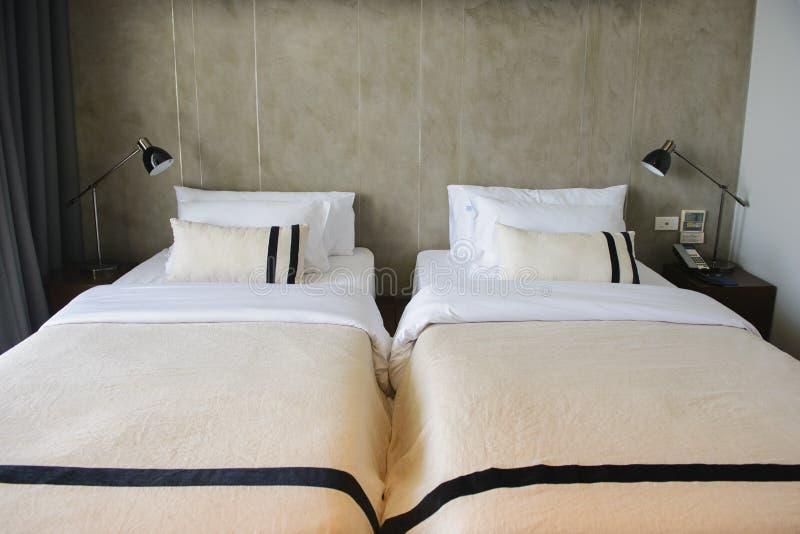 Modernes Hotelzimmer mit Doppelbetten und Kopienraum lizenzfreies stockfoto