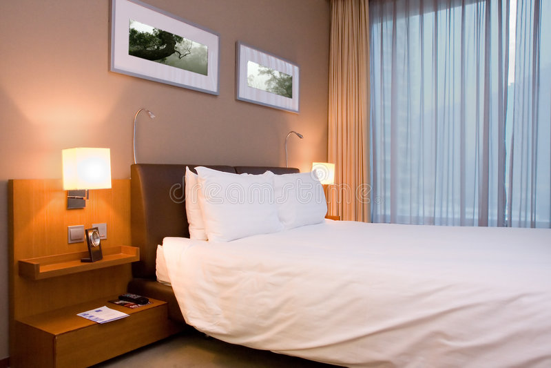 Modernes Hotelzimmer oder Schlafzimmer lizenzfreie stockbilder