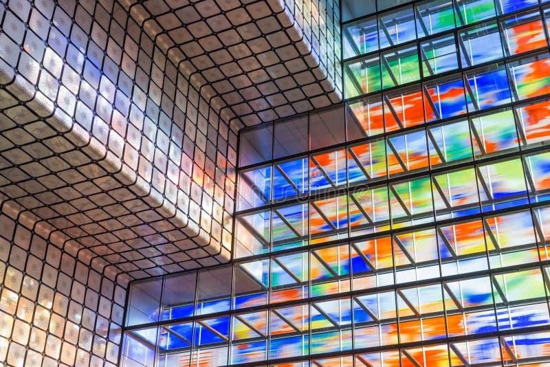 Modernes Innengebäude mit buntem Glaswal lizenzfreie stockfotos