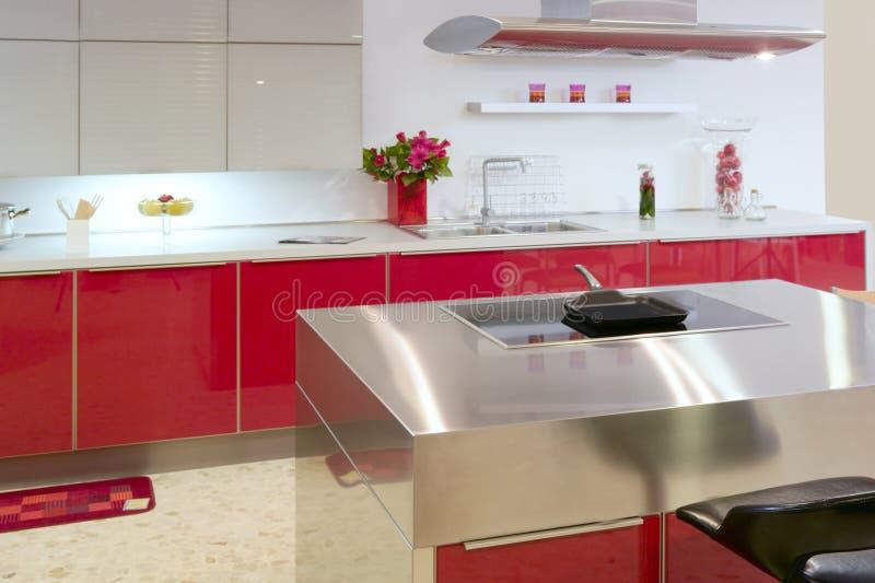 Modernes Innenhaus des roten Inselküche-Silbers lizenzfreie stockfotos