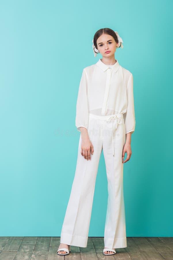 modernes jugendlich Mädchen, das in der weißen Ausstattung aufwirft lizenzfreie stockfotografie
