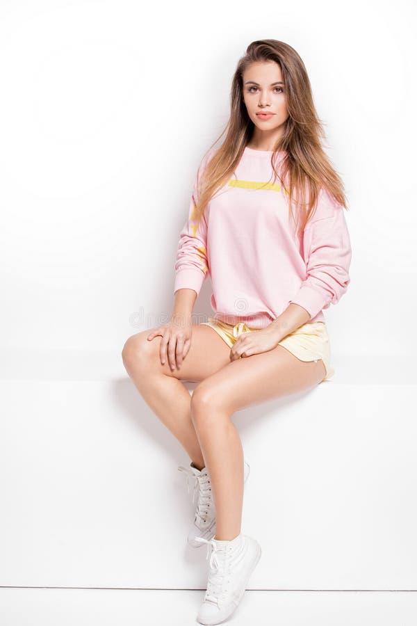 Modernes junges Modell, das im Studio aufwirft lizenzfreies stockfoto