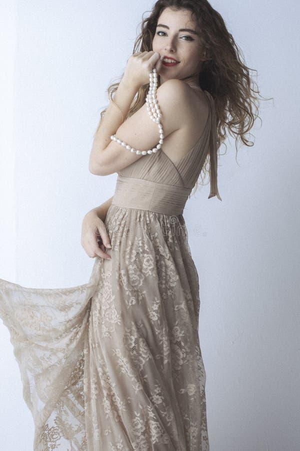 Modernes junges Modell, das mit modischer Kleidung aufwirft lizenzfreie stockbilder