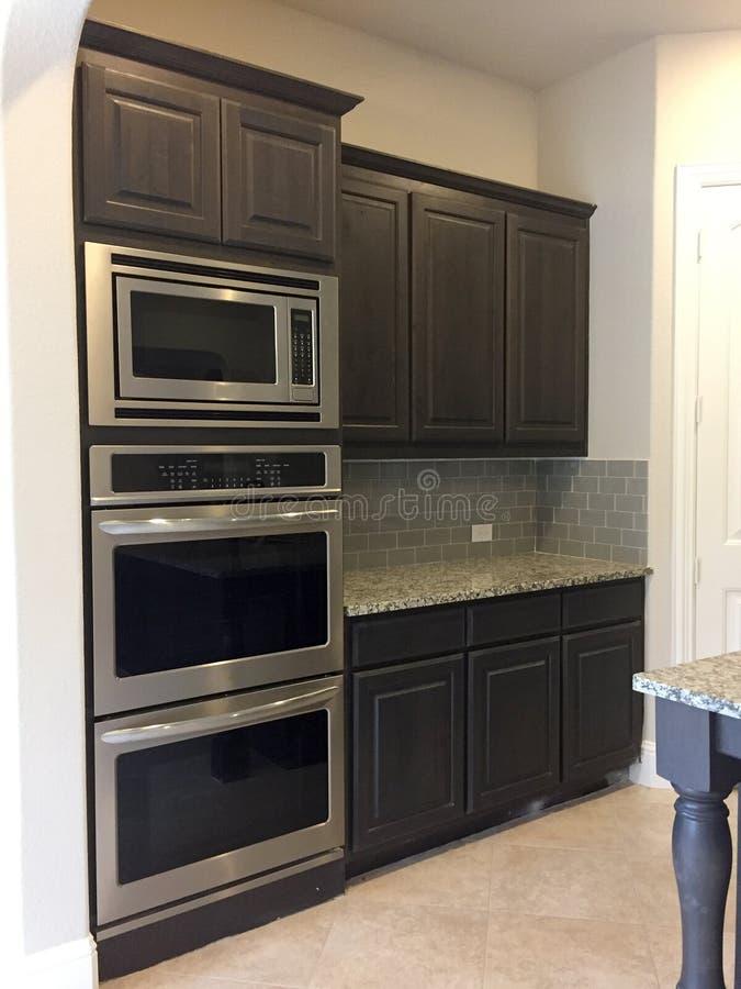 Modernes Küchengerät in einem neuen Haus lizenzfreie stockfotos