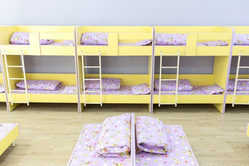 Modernes Kindergartenschlafzimmer mit kleinen Betten stockbilder