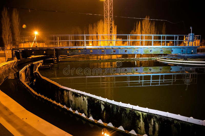 Modernes Klärwerk der chemischen Fabrik nachts lizenzfreies stockbild