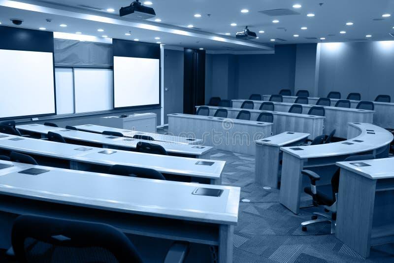 Modernes Klassenzimmer mit Projektor stockfotografie