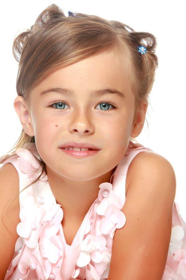 Modernes kleines Mädchen in einem Kleid lizenzfreies stockbild