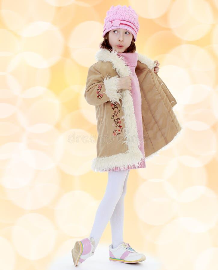 Modernes kleines Mädchen in einem Pelzmantel stockfotos