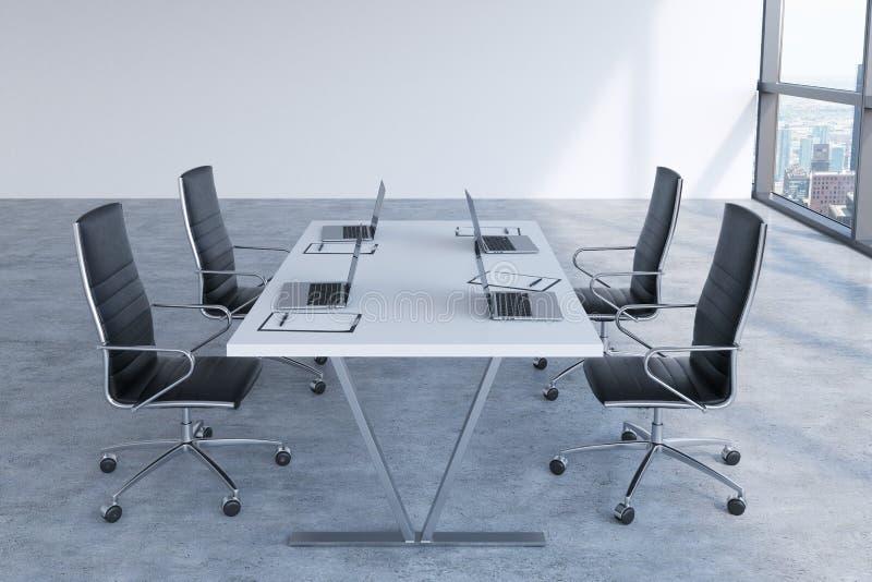 Modernes Konferenzzimmer mit den enormen Fenstern, die New York City betrachten Schwarze Lederstühle und eine weiße Tabelle mit L lizenzfreie abbildung