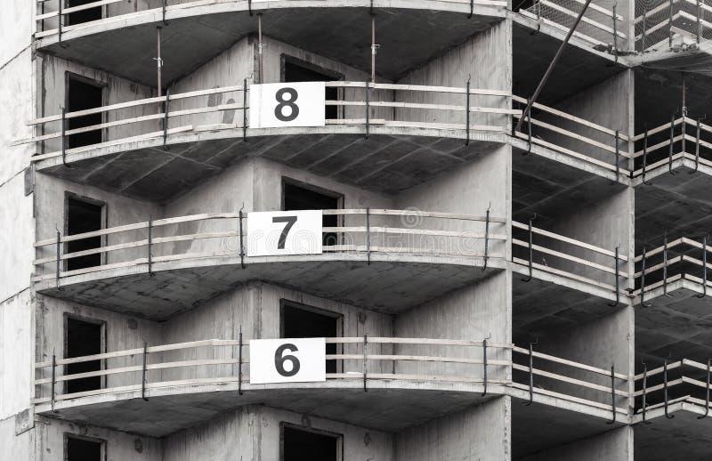 Modernes konkretes Gebäude im Bau lizenzfreie stockfotos