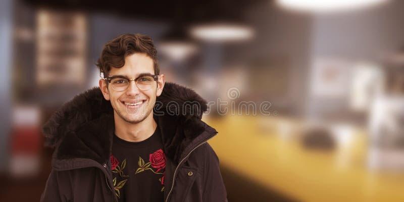 Modernes Lächeln des jungen Mannes stockbilder