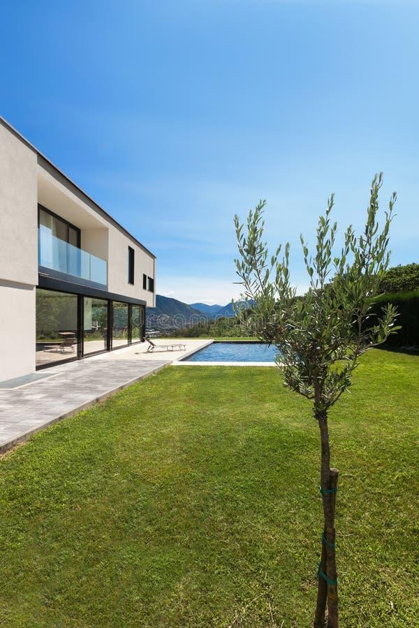 Modernes Landhaus mit Pool stockfotos