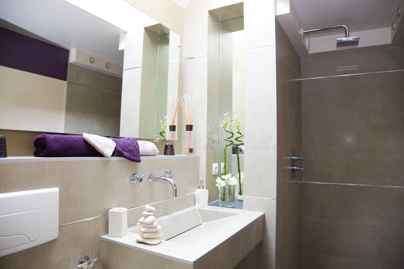Modernes luxuriöses Badezimmer stockbilder