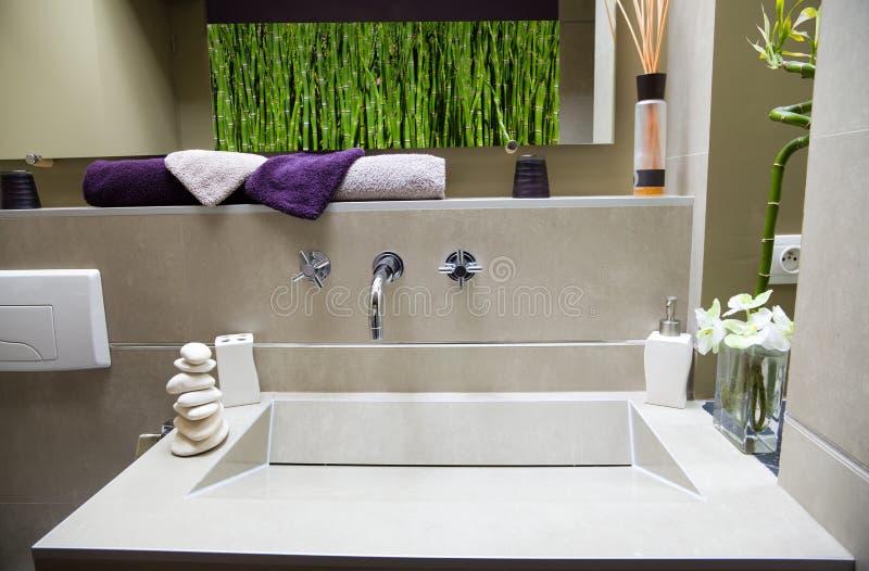 Modernes luxuriöses Badezimmer stockfotos