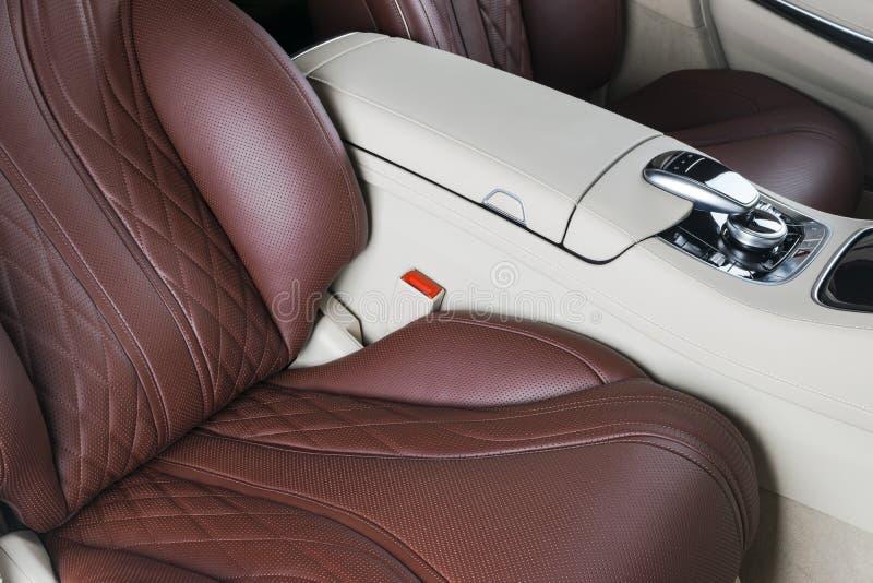 Modernes Luxusauto nach innen Innenraum des modernen Autos des Prestiges Bequeme Ledersitze Rotes und weißes perforiertes lederne lizenzfreie stockfotos