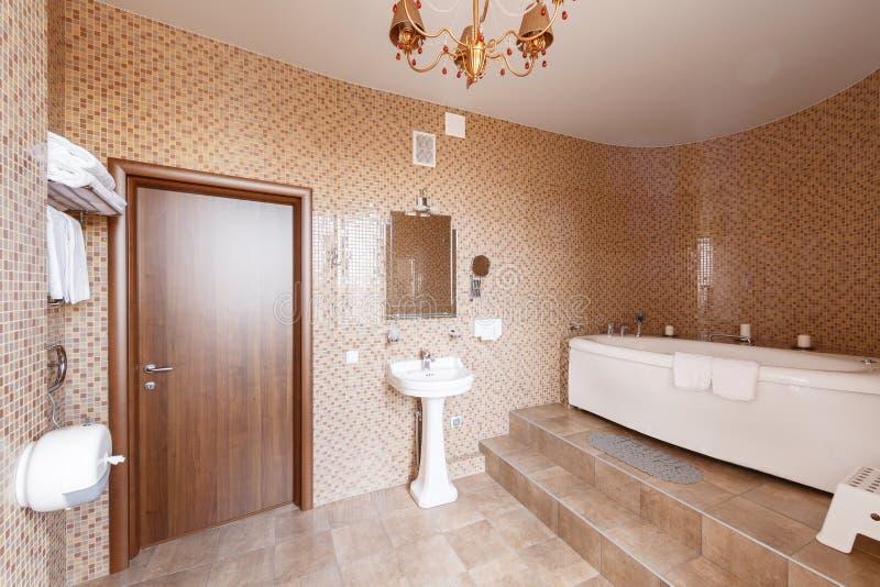 Download Modernes Luxusbadezimmer Mit Badewanne Und Fenster Wiedergabe 3D  Büroräume Stockbild   Bild Von Blitz,