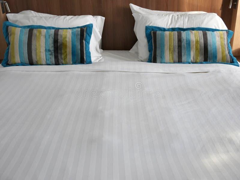 Modernes Luxusschlafzimmer des Innenfrontansichtdoppelbetts stockbild
