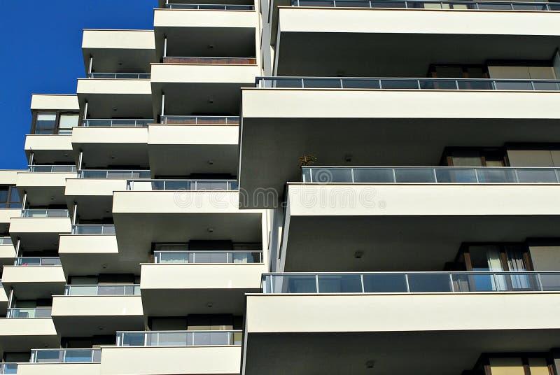 Modernes, Luxuswohngebäude stockbilder