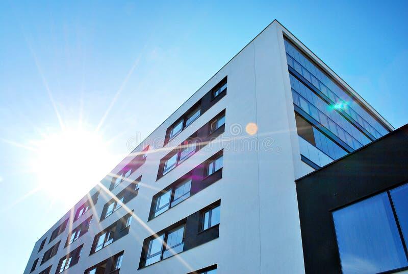 Modernes, Luxuswohngebäude Modernes Wohnungshaus stockbild