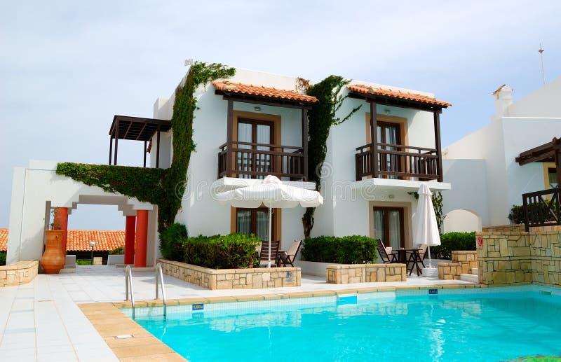 Modernes Luxuxlandhaus mit Swimmingpool lizenzfreie stockbilder