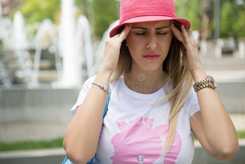 Modernes Mädchen, das schlimme Kopfschmerzen hat stockfotos