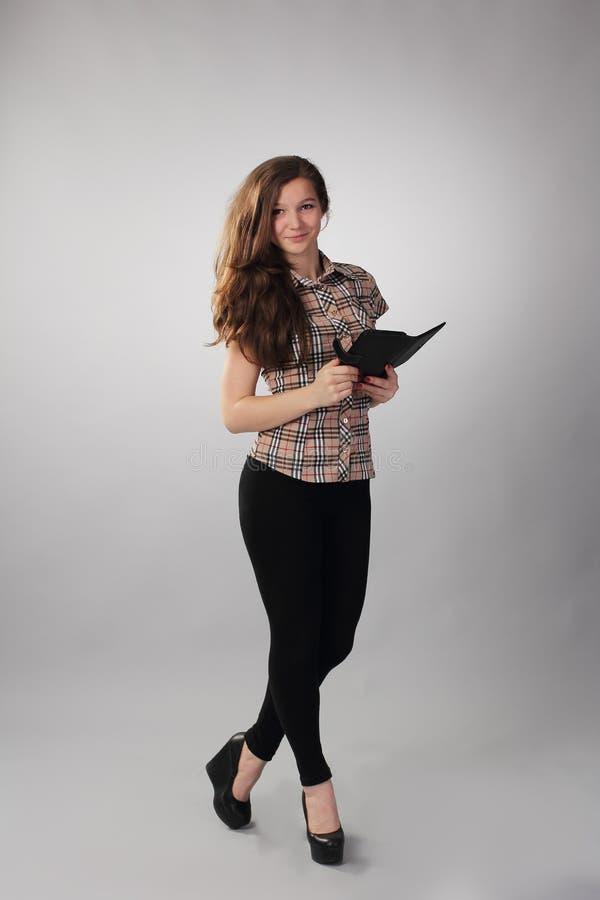 Modernes Mädchen mit eBook in der Hand stockfoto