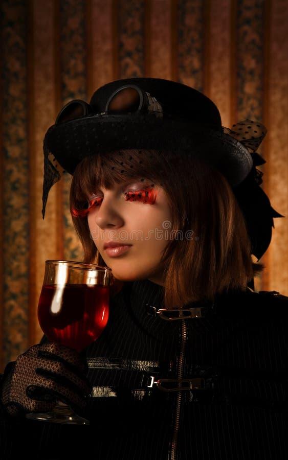 Modernes Mädchen mit Glas Wein stockfoto