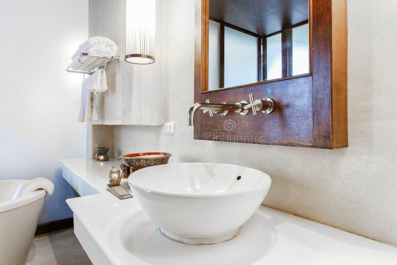 Modernes Marmorhandwaschbecken in einem Toiletten- oder Hotelbadezimmer mit Toilettenartikeln und frischen sauberen Tüchern stockfotos