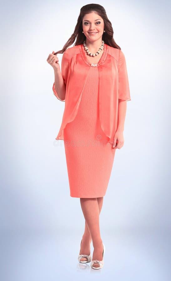 Modernes Modell der jungen Frau in der stilvollen roten Klage lizenzfreies stockfoto
